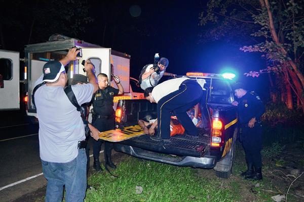 El herido fue trasladado por los Bomberos Voluntarios al Hospital Nacional de Retalhuleu. (Foto de Jorge Tizol)