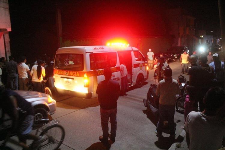 Socorristas llegan a uno de los lugares donde se registraron los ataques armados, en la cabecera de Jalapa. (Foto Prensa Libre: Hugo Oliva)