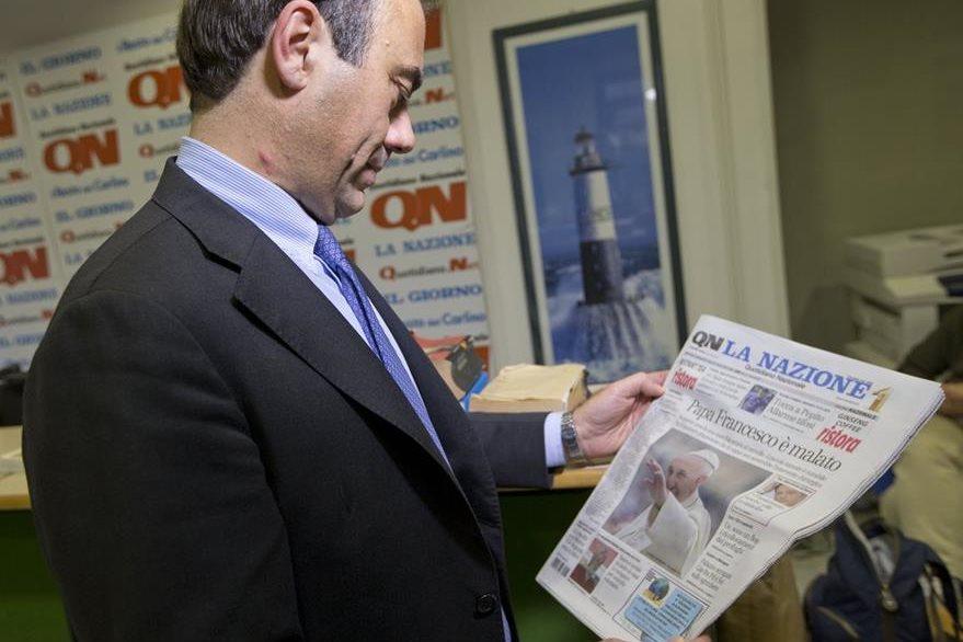 Andrea Cangini, director del Quotidiano Nazionale, oberva un ejemplar con la primicia lanzada por el medio. (Foto Prensa Libre: AP).
