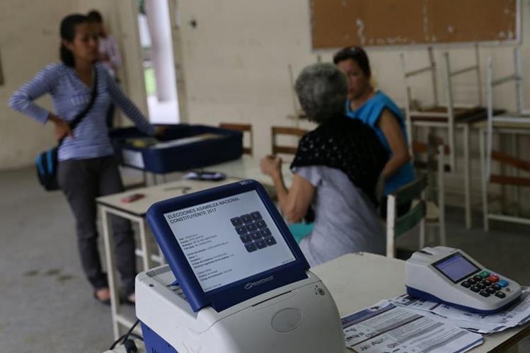 Se observa la instalación de maquinas electorales en un centro de votación en Caracas Venezuela. (Foto Prensa Libre: EFE)
