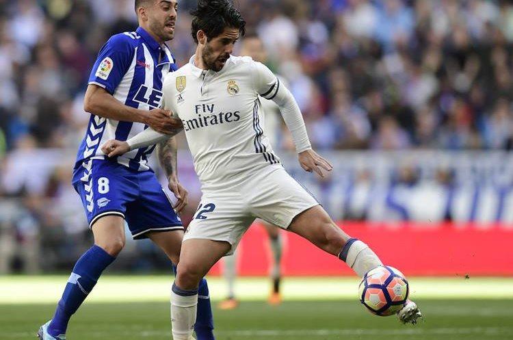 Isco conduce el balón ante la marca de Rodrigo Ely. (Foto Prensa Libre: AFP)