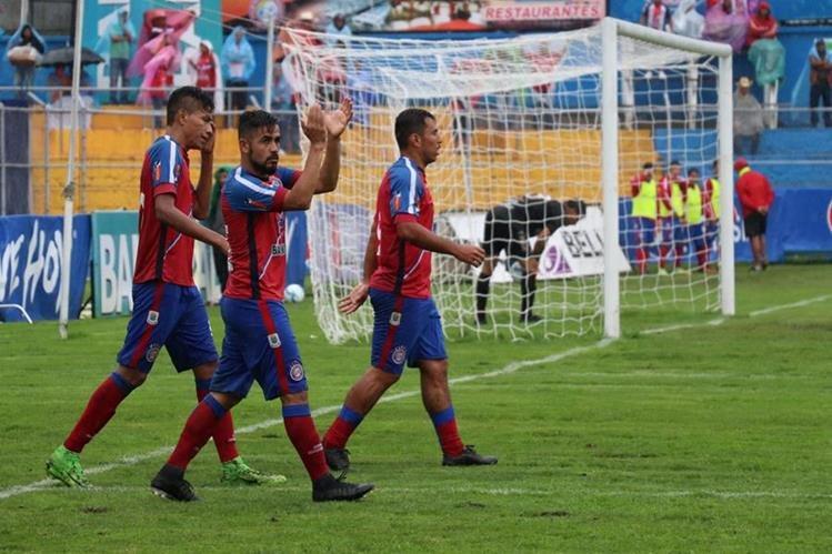 César Morales aplaude a la afición de Xelajú MC, luego de anotar el segundo gol. (Foto Prensa Libre: Raúl Juárez)