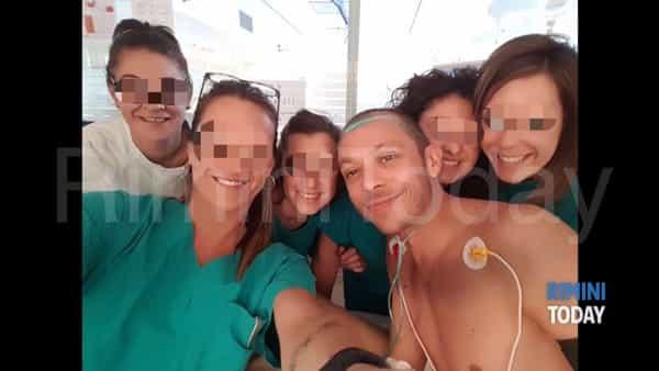 Valentino Rossi junto a los médicos que le atienden en el hospital. (Foto Prensa Libre: Rimini Today)