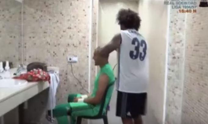 Keylor Navas le confío su cabeza a Marcelo para que lo rapara. (Foto Prensa Libre: Captura de pantalla Youtube)