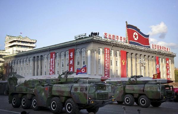 """<span class=""""hps"""">Una versión del</span> <span class=""""hps"""">misil balístico </span><span class=""""hps atn"""">KN-</span><span>08</span> fue presentado<span> </span><span class=""""hps"""">durante un desfile militar en Corea del Norte.</span>"""