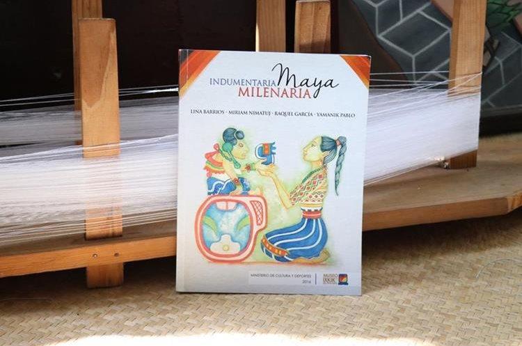 """El libro """"Indumentaria maya milenaria"""" recoge una publicación que las fundadoras del museo han efectuado como parte de su labro de más de una década (Foto Prensa Libre: María José Longo)."""