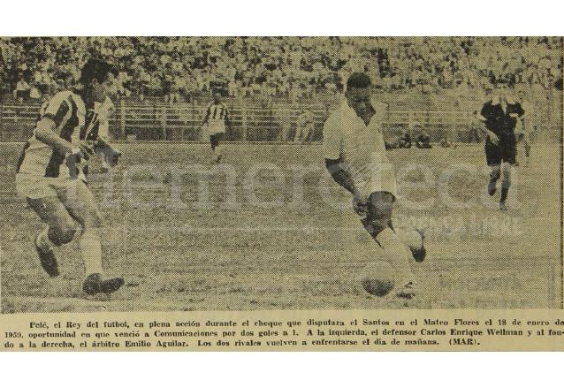 Foto del encuentro entre Santos y Comunicaciones el 18 de enero de 1959, aparece en primer plano el gran Pelé. (Foto: Hemeroteca PL)
