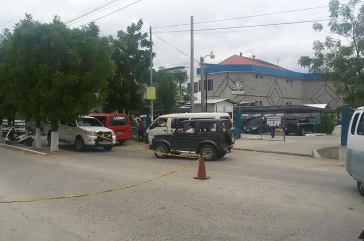 Frente al Instituto Guatemalteco de Seguridad Social de Zacapa ocurrió la liberación del reo y el secuestro de los guardias que lo custodiaban. (Foto Prensa Libre: Mario Morales)