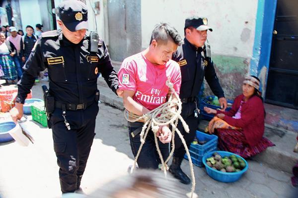 Agentes de la PNC capturan a un hombre en la cabecera de Totonicapán, sindicado de haber robado en un comercio. (Foto Prensa Libre: Édgar Domínguez)