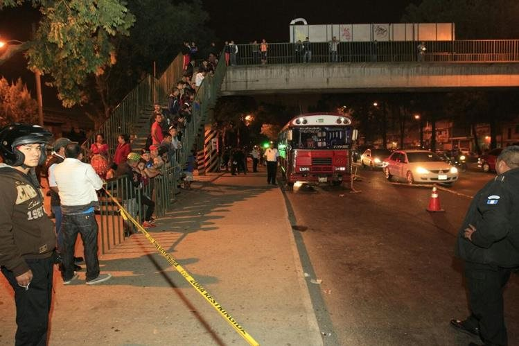 En este bus ocurrió el ataque mortal en la zona 7. (Foto: Bomberos Voluntarios)