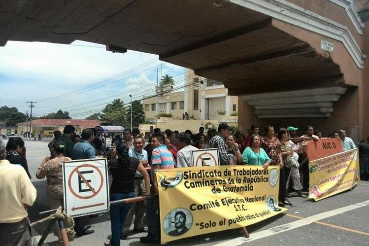 Trabajadores de la Dirección General de Caminos bloquearon por espacio de una hora la ruta al aeropuerto, exigen que se les pague el bono establecido en el pacto colectivo. (Foto Prensa Libre: Estuardo Paredes)
