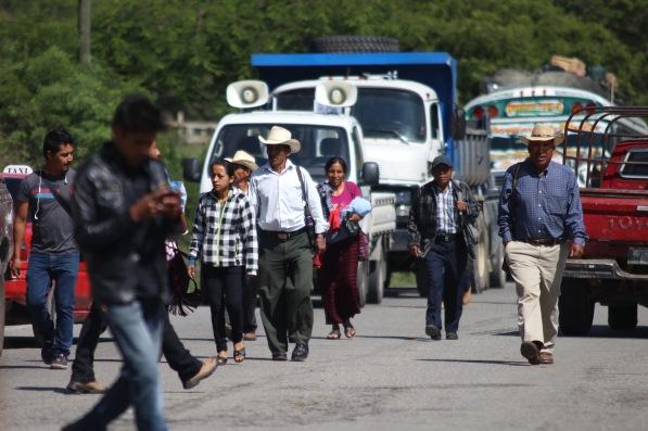 Personas caminan debido al bloqueo en el kilómetro 265 de la ruta Interamericana. (Foto Prensa Libre: Mike Castillo)
