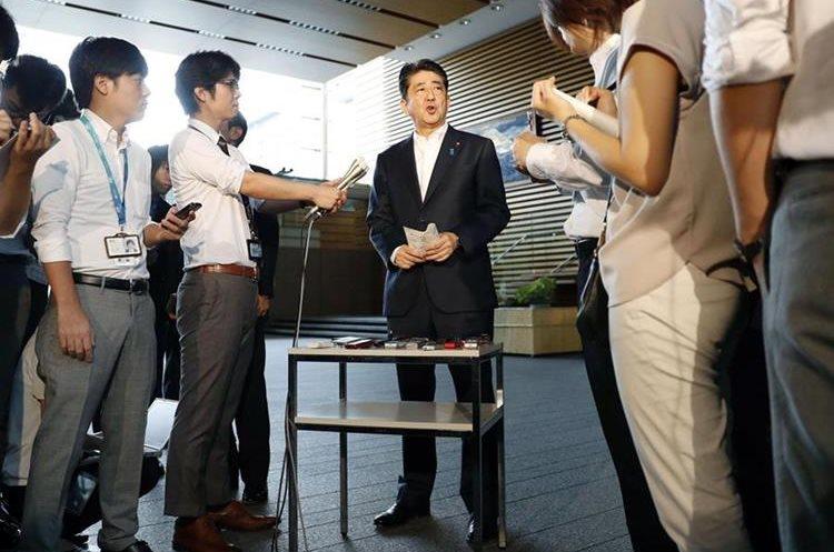 Shinzo Abe, primer ministro japonés (c) da a conocer su postura sobre el lanzamiento del misil contra Japón.(AP).