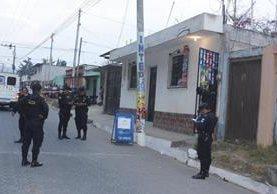 Investigadores de la PNC recaban evidencias en una tienda en la cabecera de Chimaltenango, donde ocurrió un doble crimen. (Foto Prensa Libre)