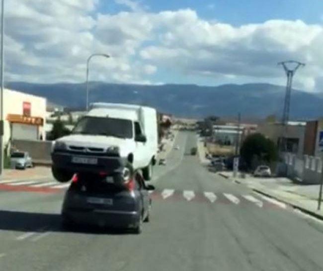 Un vehículo transporta a otro en el techo. (Foto Prensa Libre: YouTube)