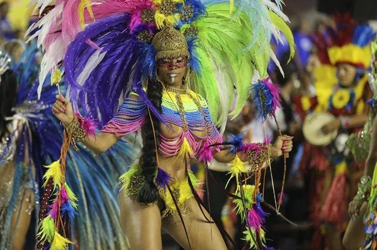 BRA50. SAO PAULO (BRASIL), 06/02/2016.- Una integrante de la escuela de samba del Grupo Especial Pérola Negra desfila hoy, sábado 6 de febrero de 2016, en la celebración del Carnaval de Sao Paulo, en el sambódromo de Anhembí en Sao Paulo (Brasil). EFE/SEBASTIÃO MOREIRA