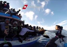 Un grupo de migrantes rescatados desembarcan en la isla italiana de Sicilia. (Foto Prensa Libre:EFE