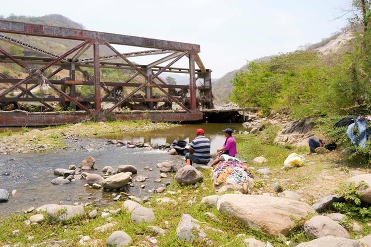 Vecinos observan restos del puente sobre el río Motagua, en Baja Verapaz, el cual fue destruido por la tormenta Ágatha, en el 2010. (Foto Prensa Libre: Carlos Grave)