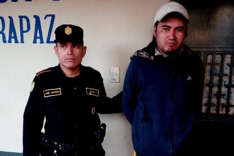 Diego Estéfano Galdámez Valdez, de 28 años, fue capturado por robar un gallo en una iglesia. (Foto Prensa Libre: Eduardo Sam)