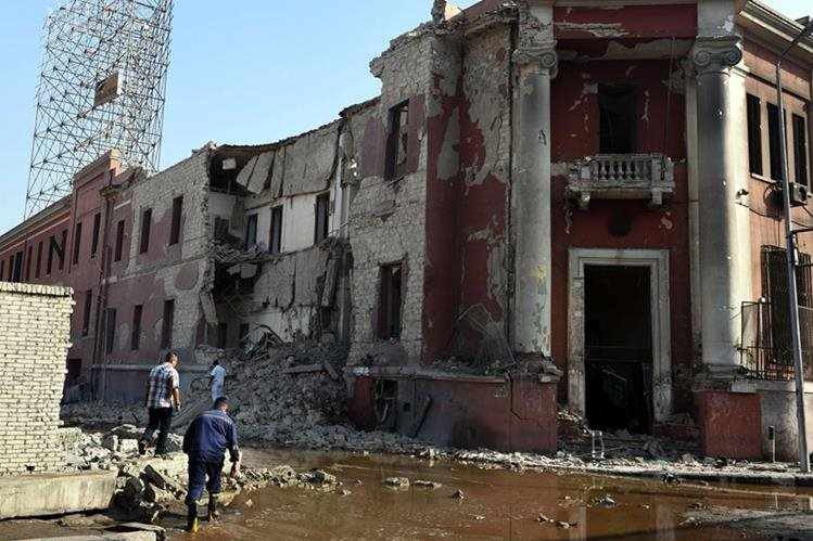 Daños por la explosión en consulado italiano. (Foto Prensa Libre: AFP)