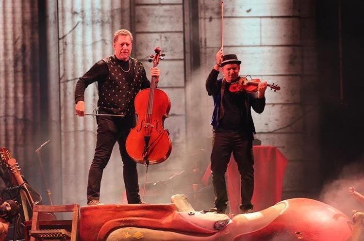 Dos de los músicos que acompañan a Ricardo Arjona en su gira