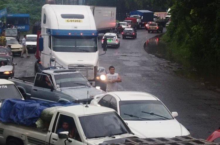Largas filas de vehículos se formaron luego del choque, pues solo una vía quedó habilitada en el puente Carlos Castillo Armas. (Foto Prensa Libre: Bomberos Voluntarios)