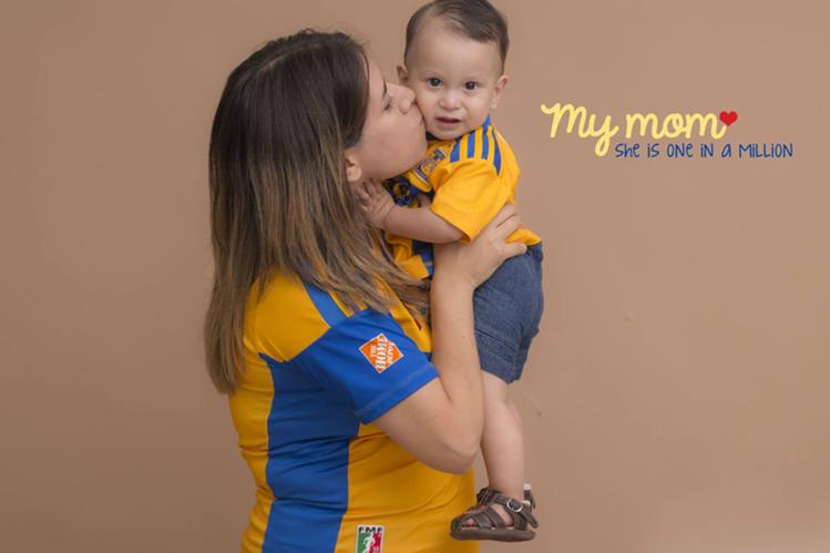 El pequeño Damián, aficionado de Tigres, junto a su mamá Ángela. (Foto Prensa Libre: Facebook Ángela Rodríguez)