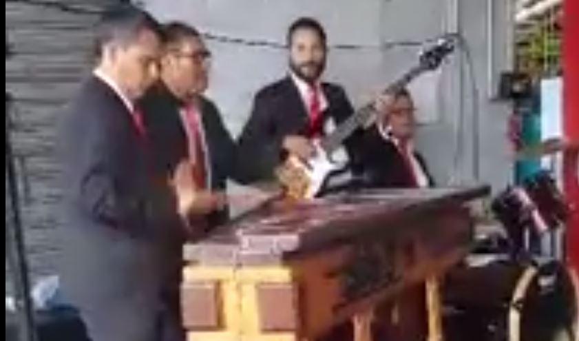 """Músicos fueron grabados cuando interpretaban la famosa canción """"Despacito"""". (Foto Prensa Libre: Majo Bran Bonilla)"""