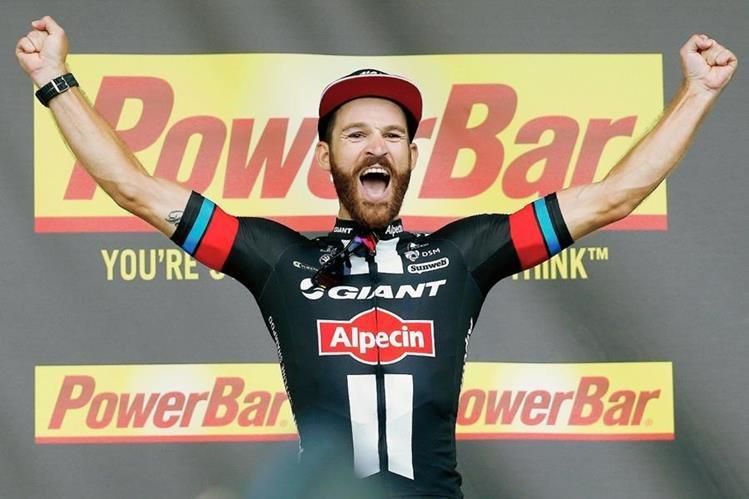 El ganador de la etapa, Simon Geschke celebra su victoria en el podio. (Foto Prensa Libre: AP)