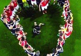 Momento en el que los jugadores de Gales formaron un corazón. (Foto Prensa Libre: Twitter)