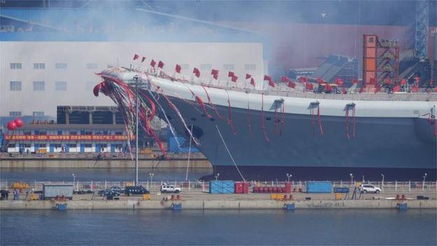 Se cree que el Shandong, presentado en el puerto de Dalian, entrará en servicio en el 2020. REUTERS