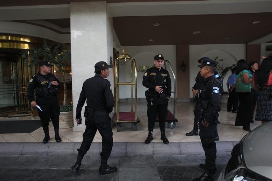 SAT y MP cuando fue intervenido el Hotel Camino Real en atención a una orden del Juzgado Noveno de Narcoactividad y Delitos contra el Ambiente. (Foto Prensa LibreErick Avila)