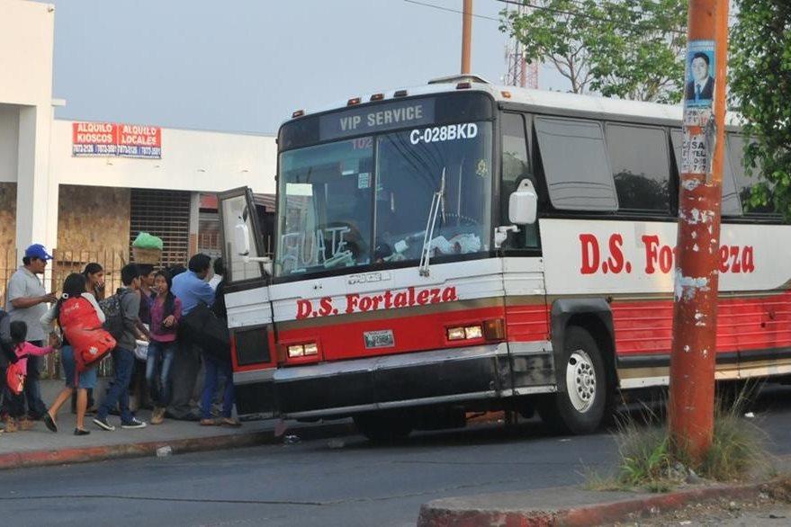 Veraneantes abordan un autobús luego de haber disfrutado de balnearios en Coatepeque, Quetzaltenango. (Foto Prensa Libre: Alexánder Coyoy)
