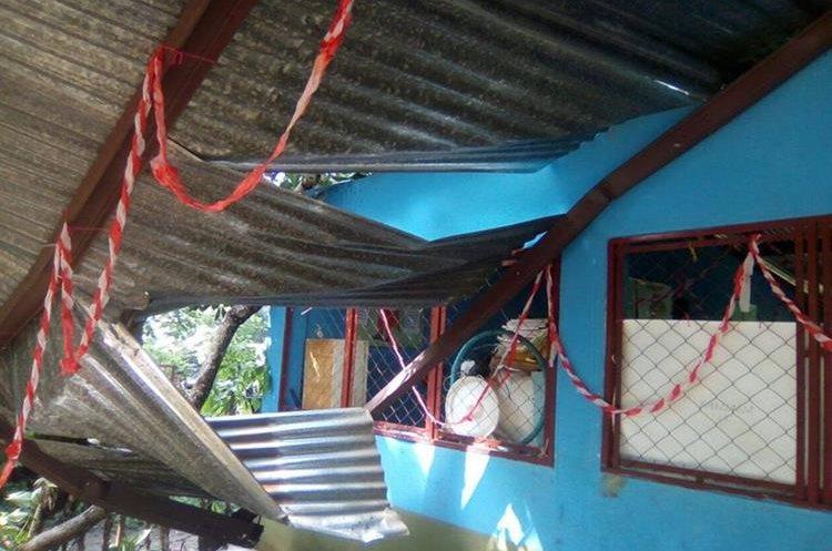 Un árbol dañó el techado de la escuela de parcelamiento La Libertad, en Pajapita. (Foto Prensa Libre: Whitmer Barrera)