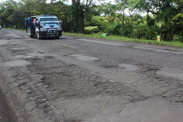 La carretera a El Salvador en Jutiapa está deteriorada y llena de baches.