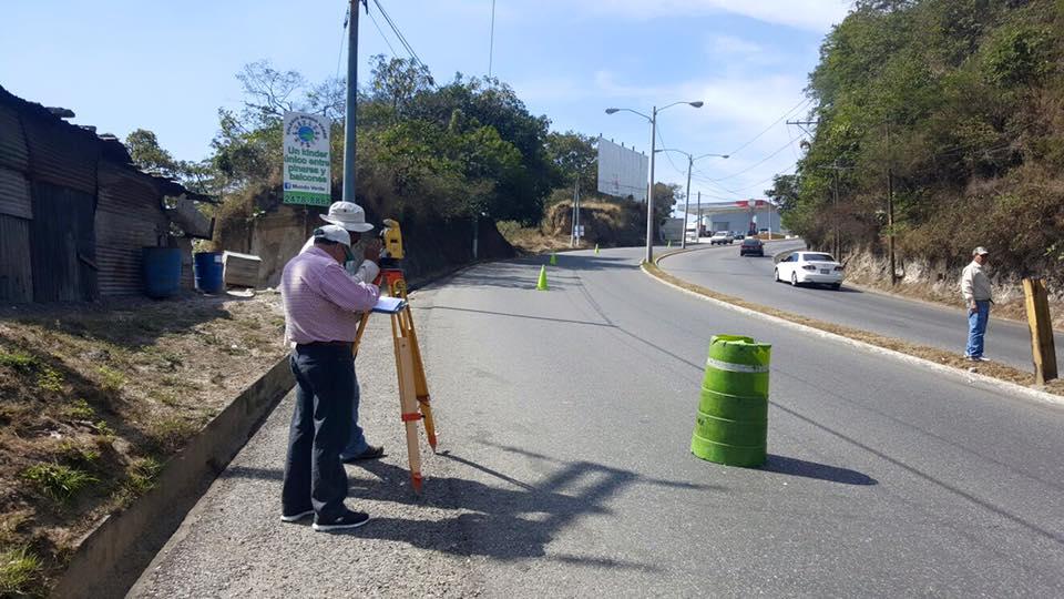 En el lugar trabajan expertos en topografos, para comenzar con el análisis del terreno y reparar la falla. (Foto Prensa Libre: Neto Bran)