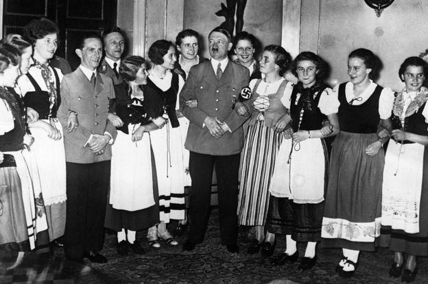 Joseph Goebbels (izquierda) era, además de ministro de Propaganda durante el nazismo, la mano derecha de Adolf Hitler (en el centro). GETTY IMAGES