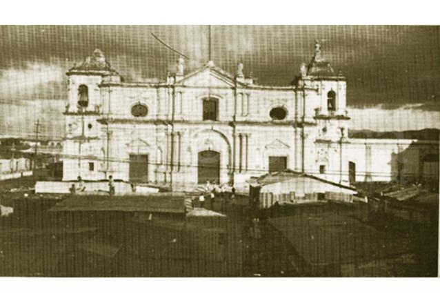 La plazoleta de Santo Domingo funcionó como asentamiento provisional de muchos vecinos tras el terremoto. (Foto: Hemeroteca PL)
