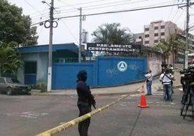 <em>El ataque ocurrió el martes último frente a la sede del Parlamento Centroamericano, Parlacen, en la capital salvadoreña. (Foto Prensa Libre: Twitter).</em>