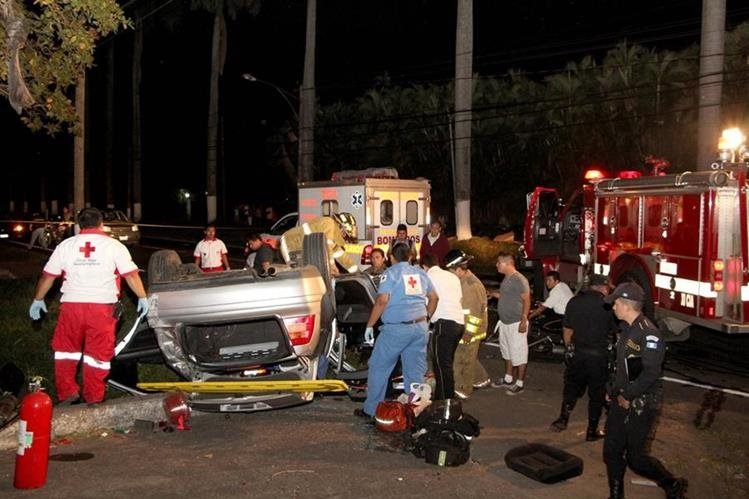 Víctimas de accidente de tránsito en la cabecera de Retalhuleu son rescatadas por bomberos. (Foto Prensa Libre: Rolando Miranda)