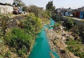 Parte del río Platanitos se tiñó de turquesa en colonia Santa Isabel 2. (Foto Prensa Libre: Cortesía)