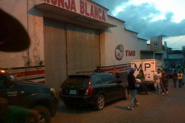 """<p>Dos sujetos ingresaron a la empresa Monja Blanca en Cobán, donde robaron dinero y dispararon contra un empleado. (Foto Prensa Libre: Eduardo Sam)<br _mce_bogus=""""1""""></p>"""