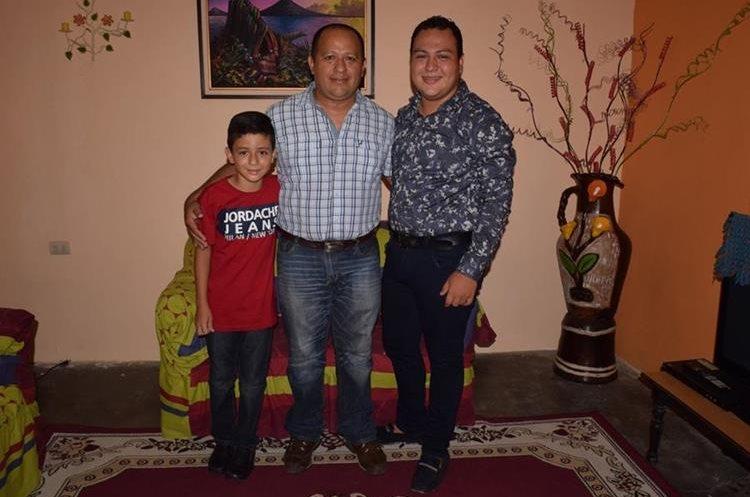 El maestro Mario Ovidio Ávila Portillo, 43, se esforza por brindarles lo mejor a sus hijos Emilio André, 10 y Mario Norberto Ávila Duarte, 20. (Foto Prensa Libre: Mario Morales)