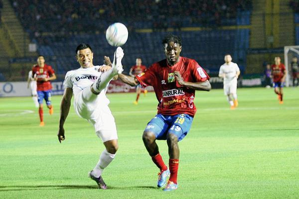 Cremas y rojos firmarán historia este sábado en el estadio Mateo Flores. (Foto Prensa Libre: Hemeroteca)