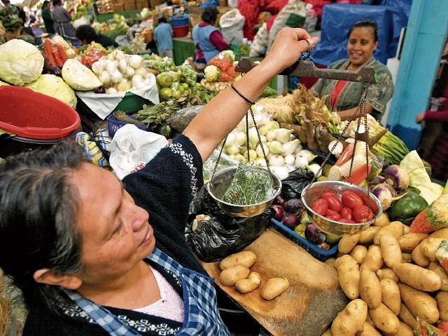 En octubre pasado, la nueva canasta básica de alimentos registró una disminución de Q661.97 al utilizar una nueva metodología respecto de septiembre, según el INE. La nueva CNB incluye 34 productos, que son los que se ponderan en el consumo en los hogares. (Foto Prensa Libre: Hemeroteca)