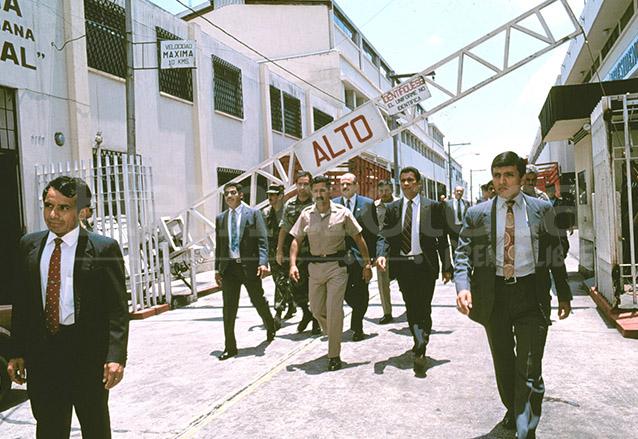 Serrano sale de la Casa Presidencial por el Callejón Manchén el 1 de junio de 1993, actualmente está exiliado en Panamá. (Foto: Hemeroteca PL)