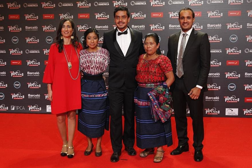 El director guatemalteco Jayro Bustamante (c) posa junto al equipo de la película Ixcanul en la alfombra roja de los Premios Platino hoy, domingo 24 de julio de 2016, en Punta del Este (Uruguay). EFE/Juan Ignacio Mazzoni