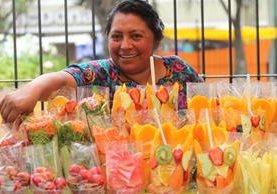 Coloridas ventas de frutas de la temporada se observan en mercado de la capital. (Foto Prensa Libre: Érick Ávila)
