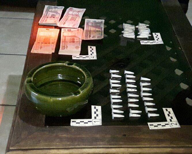 Cocaína y dinero decomisados en la cabecera de Jalapa durante un allanamiento. (Foto Prensa Libre: PNC)