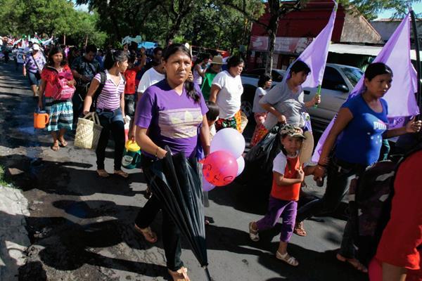 Grupos de mujeres marchan  para celebrar el Día Internacional de la Mujer. (Foto Prensa Libre: EFE)